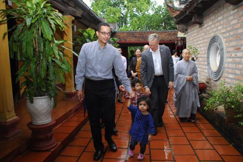 Đại sứ Hoa Kỳ, Đại sứ VN tại Ukraina đi chùa ngày Vu lan